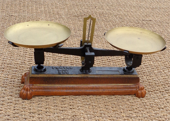 balances anciennes avec plateaux et poids. Black Bedroom Furniture Sets. Home Design Ideas