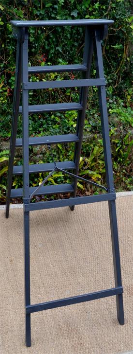 escabeau ancien bois peint en noir. Black Bedroom Furniture Sets. Home Design Ideas