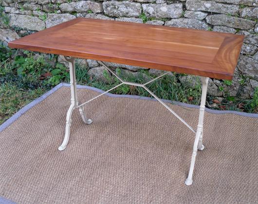 belle et pratique table bistrot pieds fonte et plateau en margousier. Black Bedroom Furniture Sets. Home Design Ideas