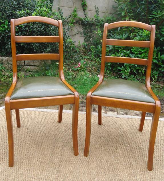 paire de chaises contemporaines en merisier assise en cuir vert. Black Bedroom Furniture Sets. Home Design Ideas
