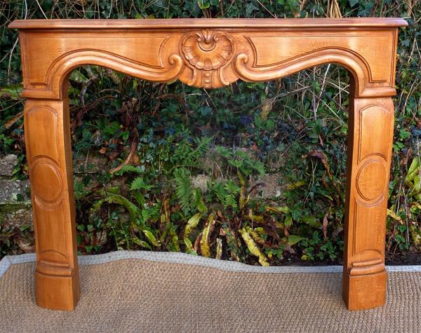 remarquable chemin e en bois sculpt. Black Bedroom Furniture Sets. Home Design Ideas