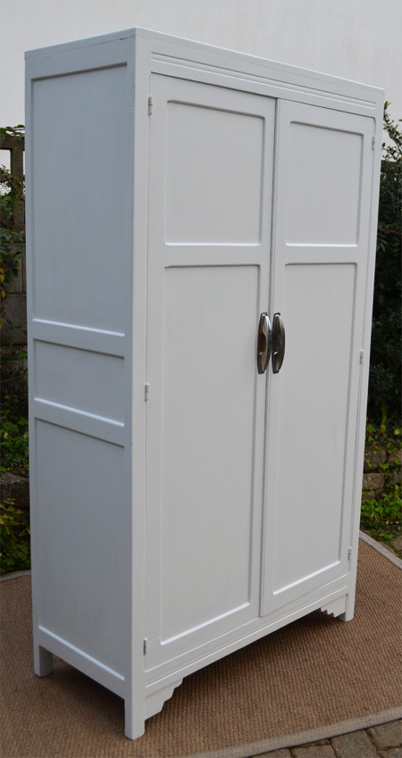 grande armoire en bois peint am nag e en penderie. Black Bedroom Furniture Sets. Home Design Ideas