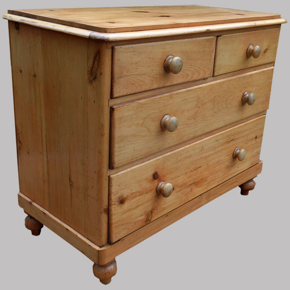 Meuble anglais typique commode ancienne en pin for Meuble en pin