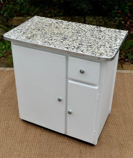 Petit meuble de cuisine Vintage des Années 50 peint en blanc