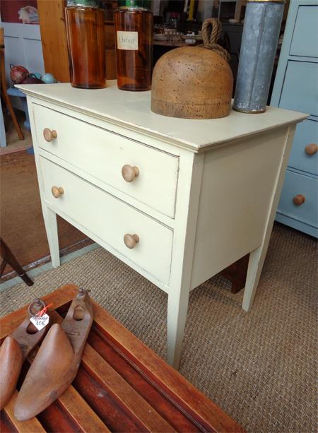 authentique commode ancienne anglaise en bois peint et patin 2 tiroirs. Black Bedroom Furniture Sets. Home Design Ideas
