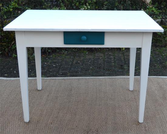 petite table bureau avec tiroir peint bleu sarah lavoine. Black Bedroom Furniture Sets. Home Design Ideas