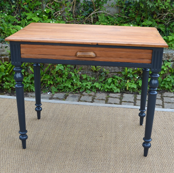 petite table bureau ancienne aux pieds noirs. Black Bedroom Furniture Sets. Home Design Ideas