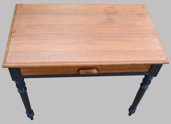 petite table bureau ancienne aux pieds noirs. Black Bedroom Furniture Sets. Home Design Ideas
