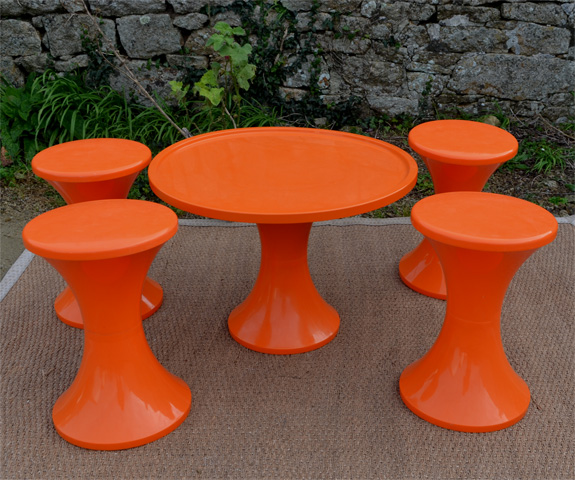 STAMP Table basse et tabourets TAM TAM en forme de diabolo