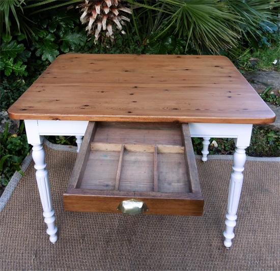 table carr e pour petite cuisine ou salon. Black Bedroom Furniture Sets. Home Design Ideas