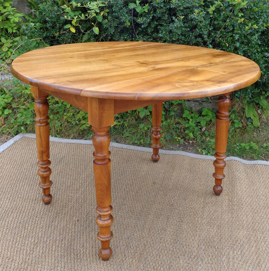 Belle grande table ronde ancienne en noyer blond avec 2 Table ronde sejour