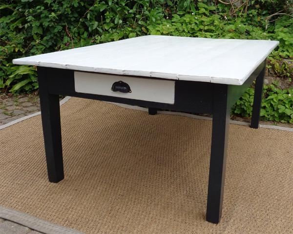jolie table basse ancienne en bois peint blanc et noir. Black Bedroom Furniture Sets. Home Design Ideas