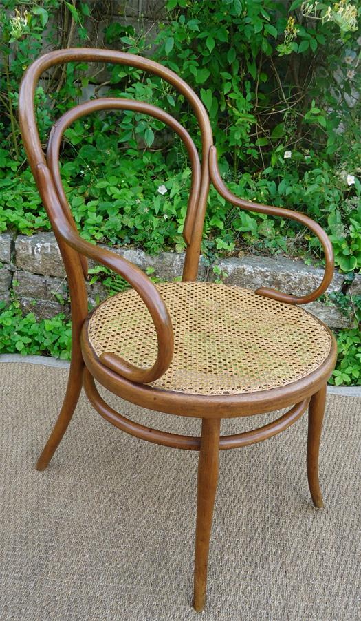 thonet fauteuil ancien en bois courb clair. Black Bedroom Furniture Sets. Home Design Ideas