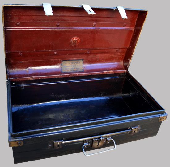 malle de cabine m tallique peinte en noir d 39 origine anglaise. Black Bedroom Furniture Sets. Home Design Ideas
