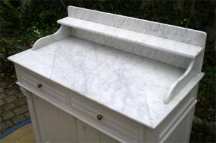 meuble patin ancien de toilette avec une plaque de marbre sur le dessus. Black Bedroom Furniture Sets. Home Design Ideas