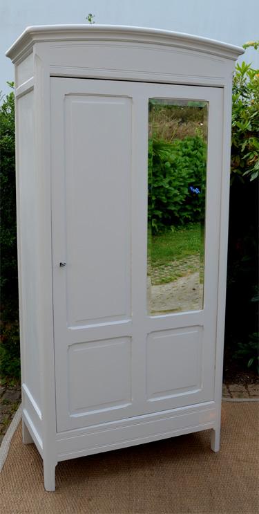 petite armoire penderie ouvrant par une porte avec miroir. Black Bedroom Furniture Sets. Home Design Ideas