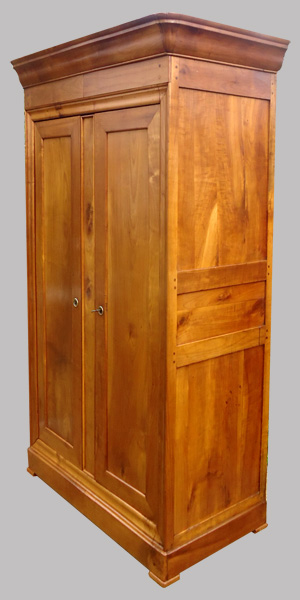belle armoire ancienne en merisier de style louis philippe. Black Bedroom Furniture Sets. Home Design Ideas