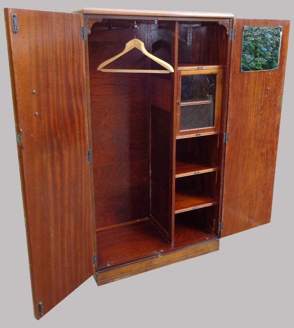armoire penderie art d co anglaise avec pratiques espaces de rangement. Black Bedroom Furniture Sets. Home Design Ideas