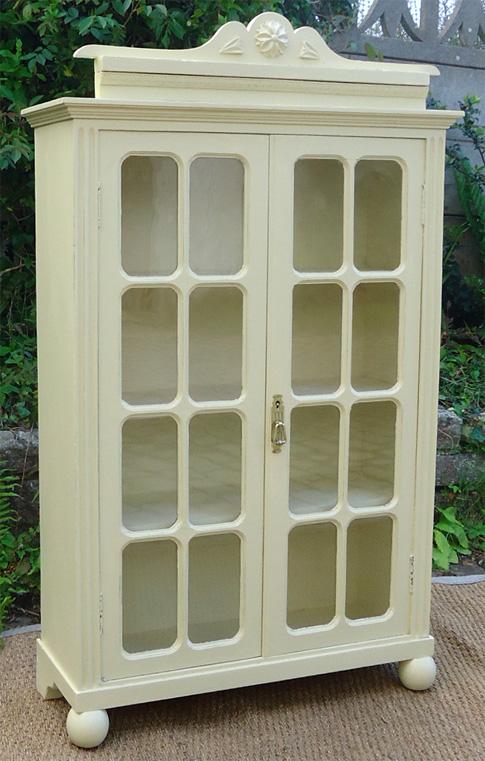petite armoire ancienne en bois peint et portes vitr es de. Black Bedroom Furniture Sets. Home Design Ideas
