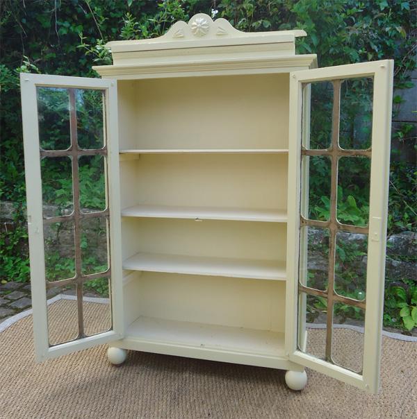 petite armoire ancienne en bois peint et portes vitr es de petits carreaux. Black Bedroom Furniture Sets. Home Design Ideas