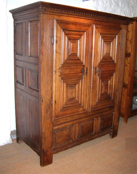 armoire bretonne presse a lin armoire style louis xiii. Black Bedroom Furniture Sets. Home Design Ideas