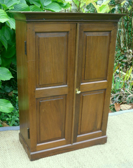 belle petite armoire ancienne portes pleines en teck. Black Bedroom Furniture Sets. Home Design Ideas