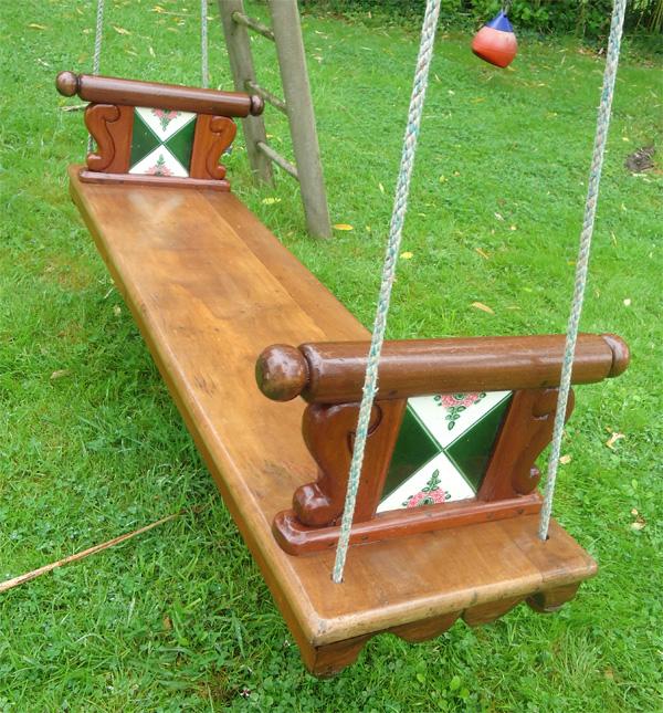 Balancelle de jardin ancienne en teck avec des carreaux de faience for Image balancelle jardin