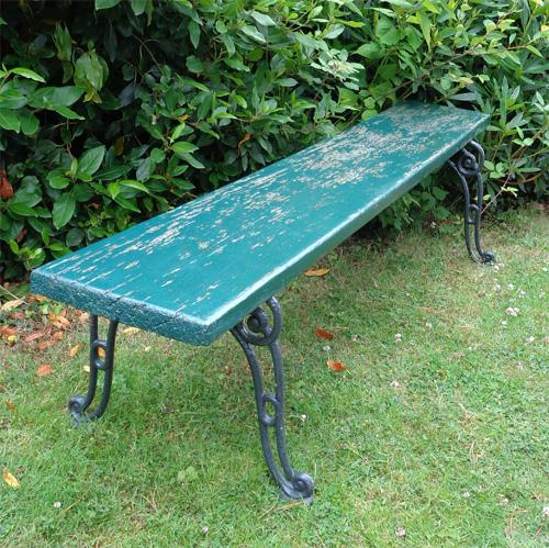 Banc de jardin ancien assise en chene peint et patin for Bancs de jardin anciens