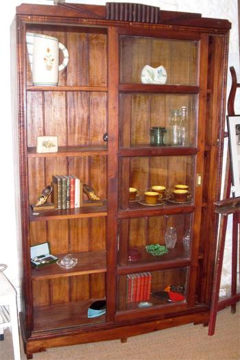 belle biblioth que ancienne en palissandre avec portes coulissantes. Black Bedroom Furniture Sets. Home Design Ideas
