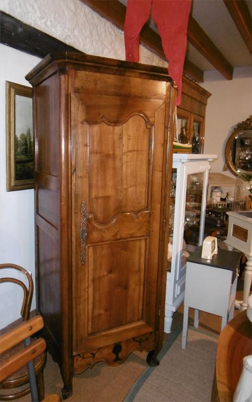 belle bonneti re ancienne en bois clair. Black Bedroom Furniture Sets. Home Design Ideas