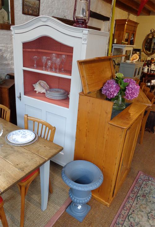 authentique bonneti re ancienne en bois peint. Black Bedroom Furniture Sets. Home Design Ideas