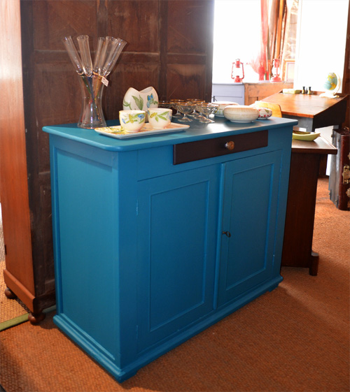 joli buffet peint de couleur bleue bleu sarah lavoine. Black Bedroom Furniture Sets. Home Design Ideas