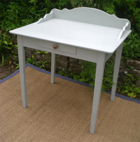 s duisante petite table bureau en bois peint. Black Bedroom Furniture Sets. Home Design Ideas