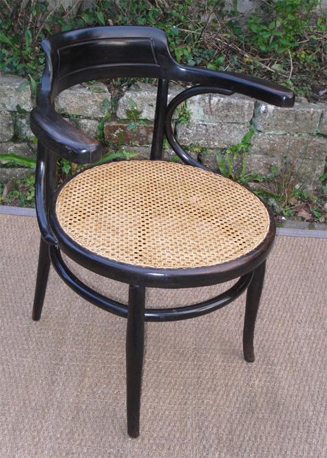 beau fauteuil de bureau ancien en bois clair et assise cann e. Black Bedroom Furniture Sets. Home Design Ideas