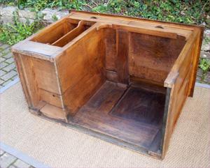 pratique et ancien bureau en chataignier avec espace de rangement cote gauche. Black Bedroom Furniture Sets. Home Design Ideas