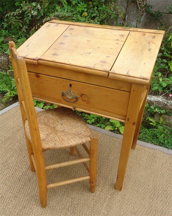 Original et authentique petit bureau de pente ancien en for Petit bureau pin