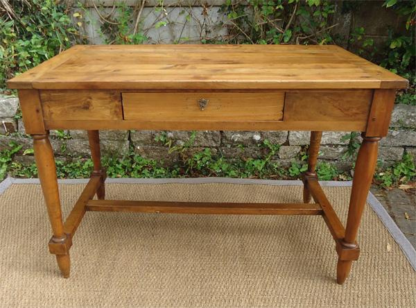 Joli petite table bureau en noyer pieds avec entretoise for Table bureau bois