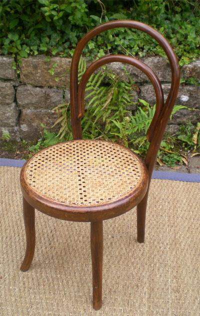 Chaise pour enfant en bois courb assise cann e de style for Chaise bistrot cannee bois