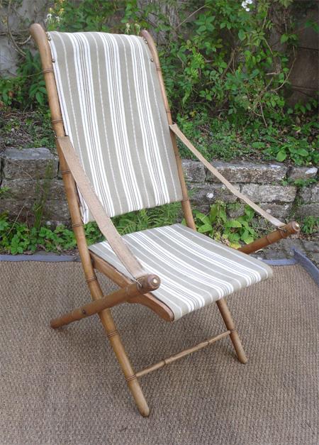 Belle chaise pliante de jardin ancienne avec toile en bayadère