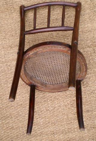 chaise pour enfant ou chaise de poup e en bois courb assise cann e de style thonet. Black Bedroom Furniture Sets. Home Design Ideas