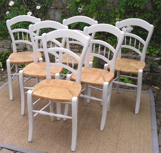 belle s rie de six chaises anciennes en bois peint avec un joli bandeau proven al. Black Bedroom Furniture Sets. Home Design Ideas