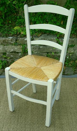quatre belles chaises paill es rustiques et peintes pour votre cuisine. Black Bedroom Furniture Sets. Home Design Ideas