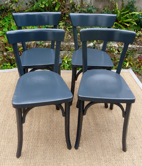 double paire de chaises de bistrot peintes dont une paire de luterma. Black Bedroom Furniture Sets. Home Design Ideas