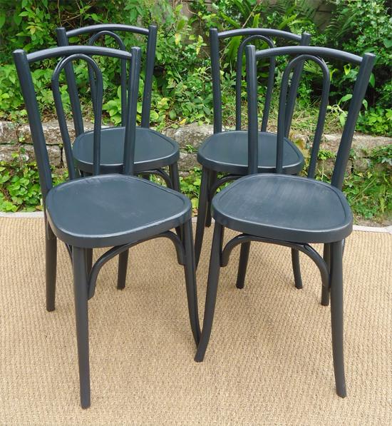 s rie de 4 chaises bistrot peintes en noir. Black Bedroom Furniture Sets. Home Design Ideas