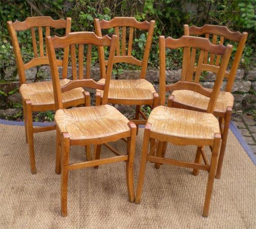 s rie de cinq chaises anciennes rustiques en bois clair. Black Bedroom Furniture Sets. Home Design Ideas