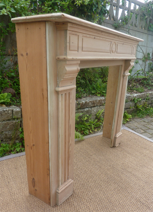 Vue densemble de la boiserie de cheminée avec une petite différence de ton entre le côté gauche et lensemble de lélément de cheminée