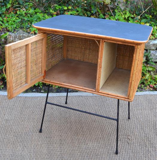 petit chevet en rotin meuble vintage des ann es 60. Black Bedroom Furniture Sets. Home Design Ideas