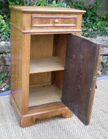 joli petit chevet en merisier de style louis philippe. Black Bedroom Furniture Sets. Home Design Ideas