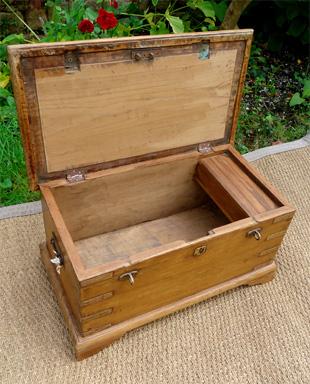 Beau petit coffre ancien en teck - Coffre de rangement interieur ...