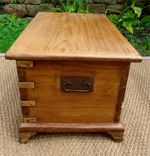 Beau petit coffre ancien en teck for Coffre a bois cheminee
